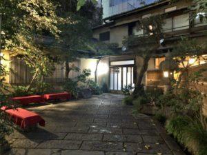 栃木家のライトアップされた玄関