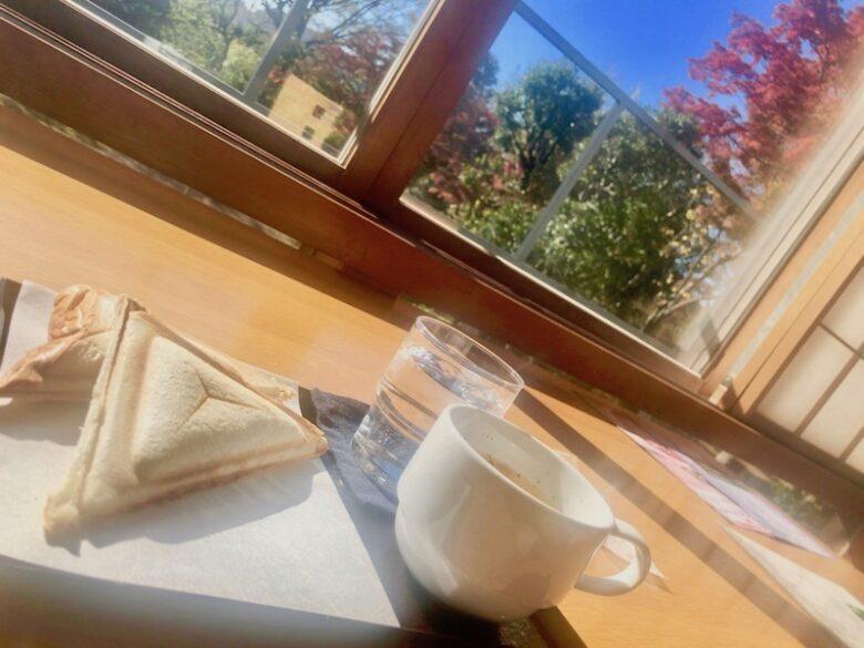 カフェテラス回向院のホットサンドと風景の様子