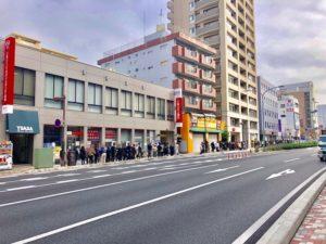 三菱UFJ銀行の前までの行列