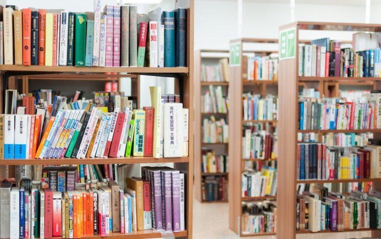 図書館に並んだ本棚