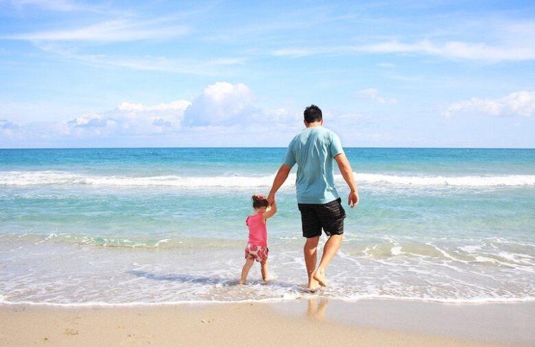 海辺を旅する親子