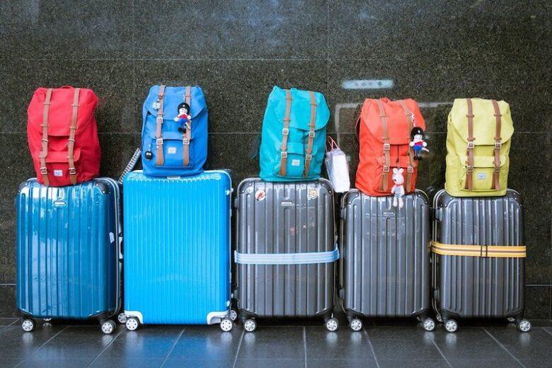 旅行鞄が並んでいる様子